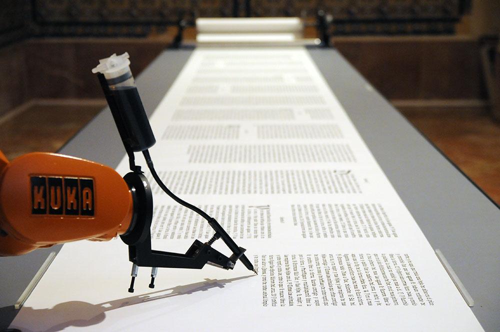 Photographie de l'exposition bios [Bible] dans laquelle un robot écrit la bible de Luther.